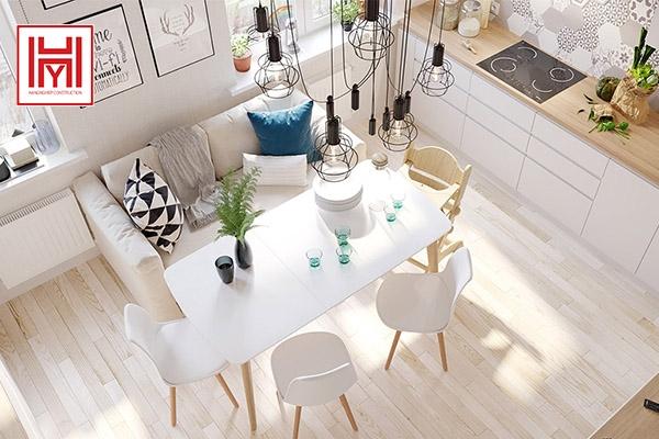 Không gian ngôi nhà nhỏ kết hợp những chi tiết màu gỗ.